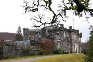 Photo of Achnacarry Castle (Keeshu at en.wikipedia)